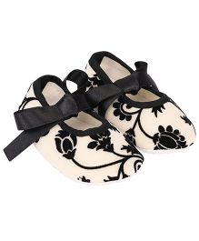 Daizy Floral Design Ribbon Closure Booties - Black