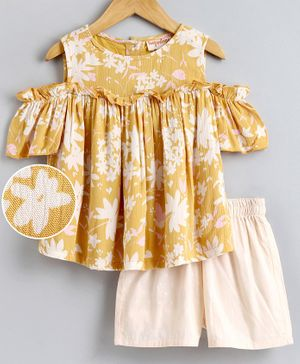 Hugsntugs Half Sleeves Flower Printed Cold Shoulder Top & Shorts Set - Yellow & Off White